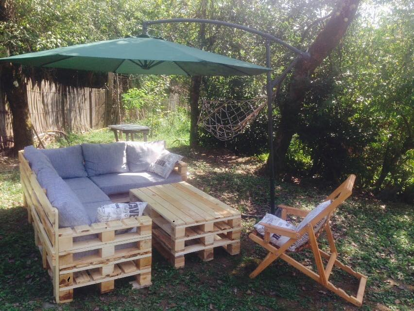 Pallet garden furniture pallet furniture projects for Palette table de jardin
