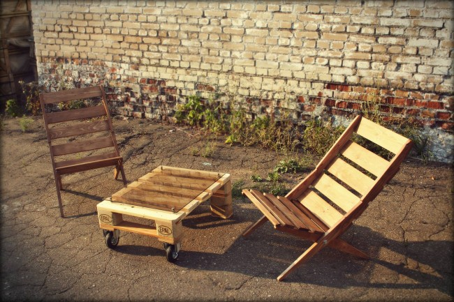 Pallet furniture projects pallet garden chairs with for Movable pallets