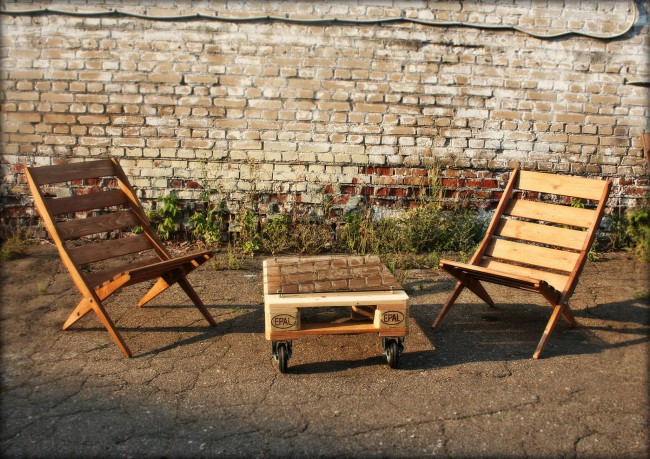 Pallet garden chairs with movable table pallet furniture for Movable pallets