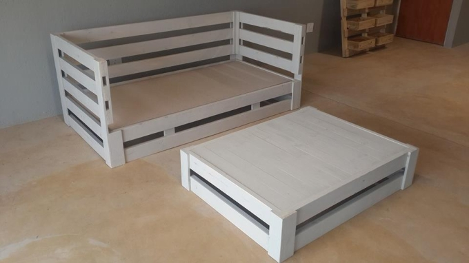 Pallet day bed with coffee table pallet furniture projects for How to make a pallet daybed