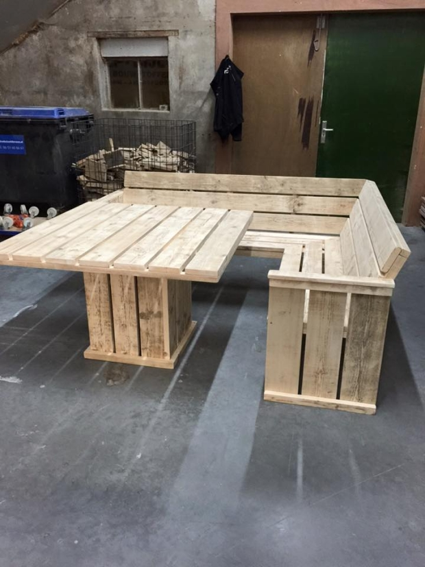 Pallet corner couch with table pallet furniture projects for Palette table de jardin