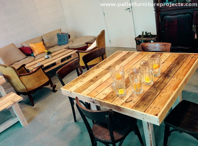 Pallet created furniture at restaurant pallet furniture for Table cuisine palette
