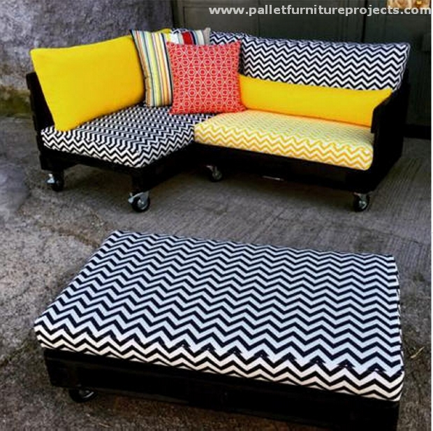 Outdoor pallet couch cum daybed pallet furniture projects for Outdoor pallet daybed