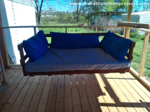 Wooden pallet swing ideas pallet furniture projects for Outdoor pallet swing bed