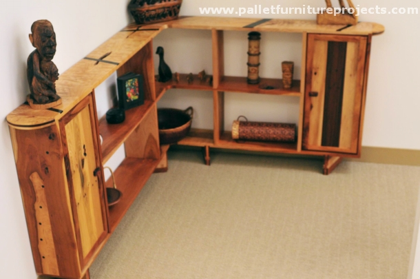 Pallet corner shelf ideas pallet furniture projects for Shelves made out of wood pallets