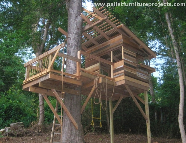 Kids fun with pallet playhouse pallet furniture projects for Pallet tree fort