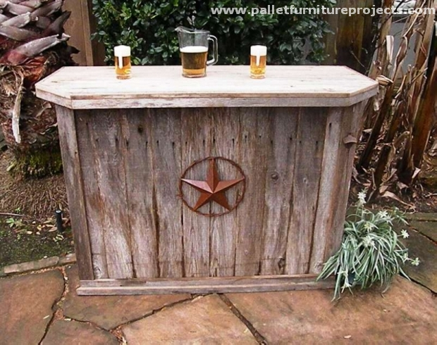 Recycled pallet outdoor bar ideas pallet furniture projects for Outdoor wood projects ideas