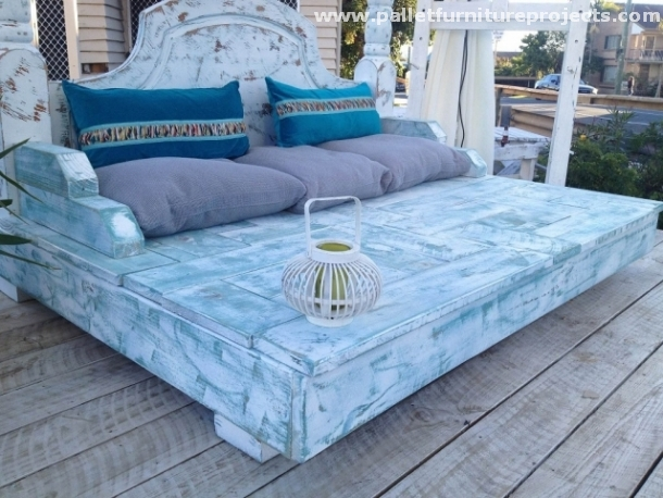 Upcycled pallet daybed ideas pallet furniture projects for Outdoor pallet daybed