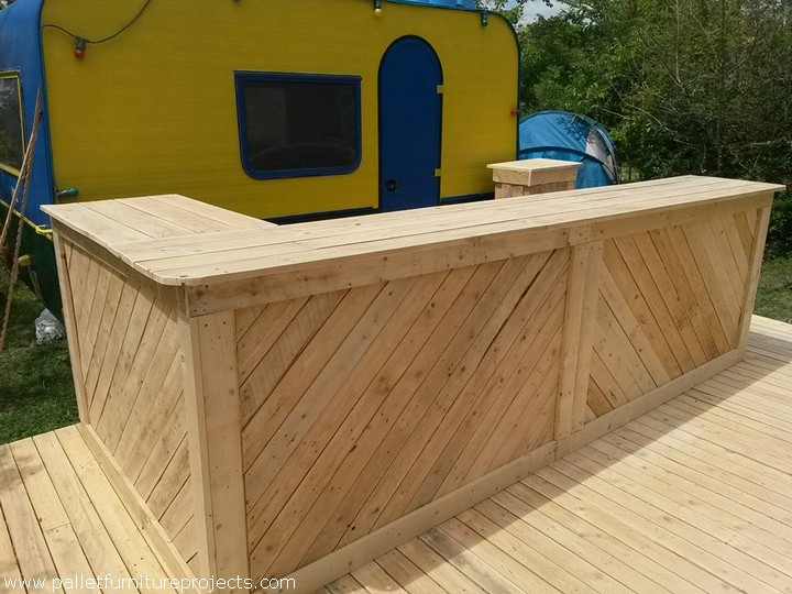 Pallet wood bar and terrace pallet furniture projects for Pallet garden furniture bar