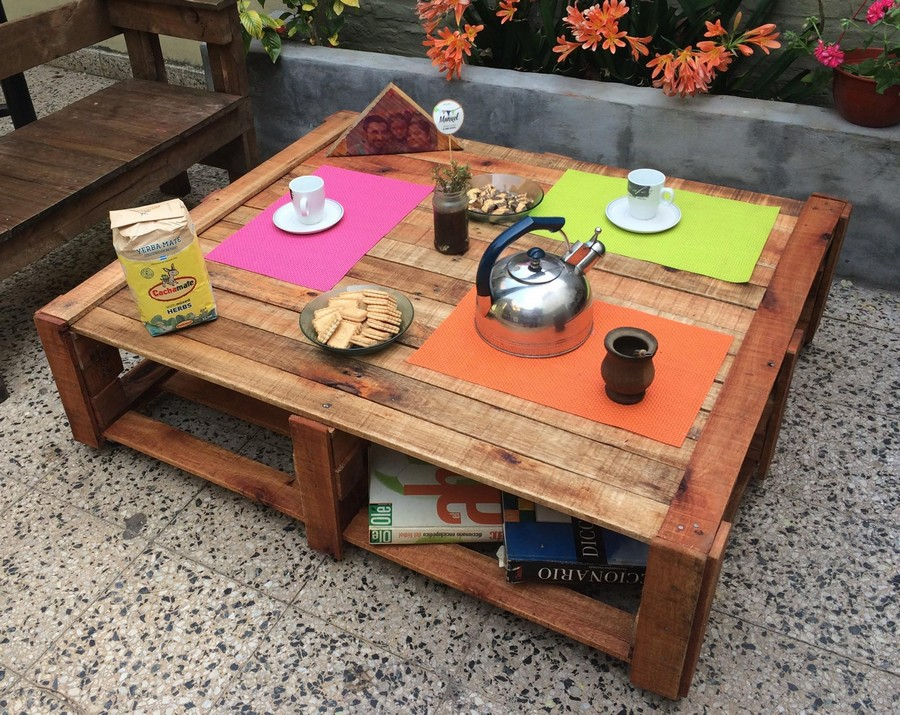Pallet made outdoor coffee table pallet furniture projects for Patio table made from pallets