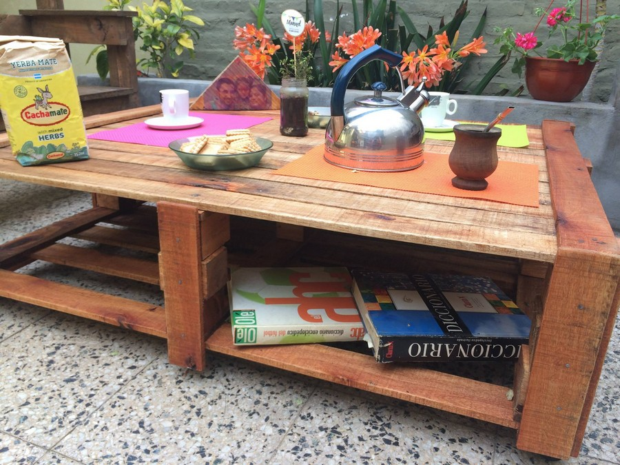 wood-pallet-coffee-table-with-magazine-storage
