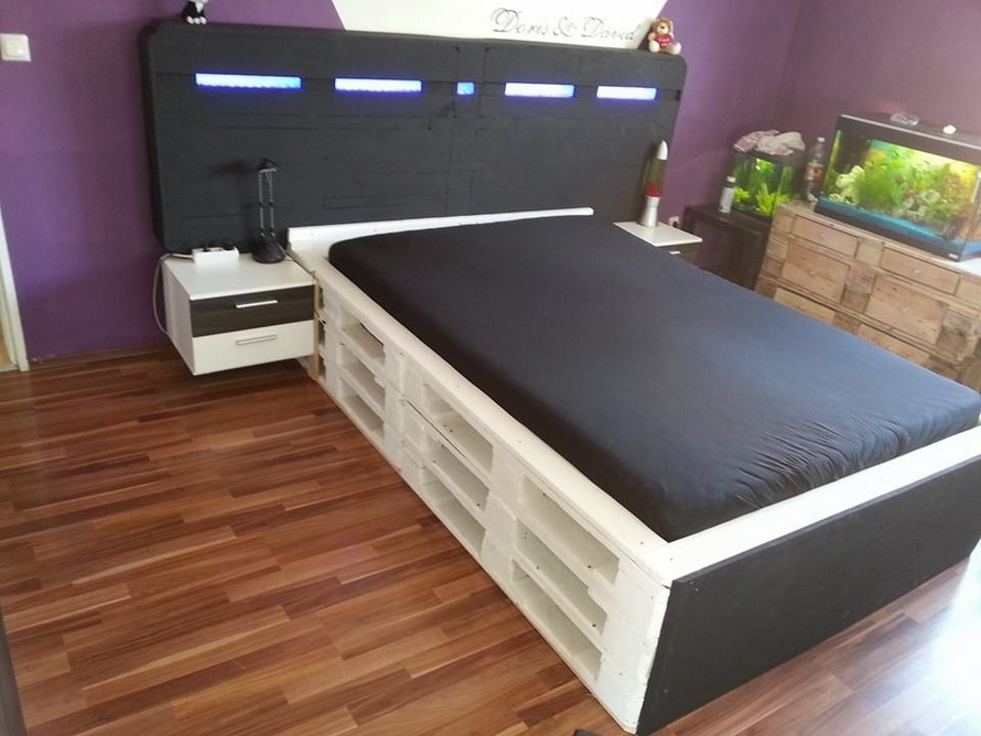 Bed made out of wooden pallets pallet furniture projects for Bed made of pallets