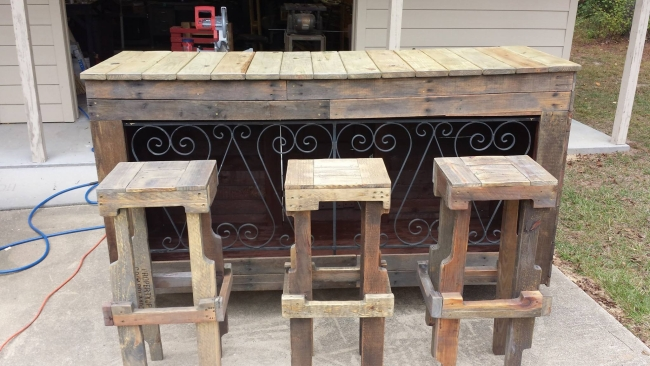 Outdoor Bar Out Of Wooden Pallets Pallet Furniture Projects